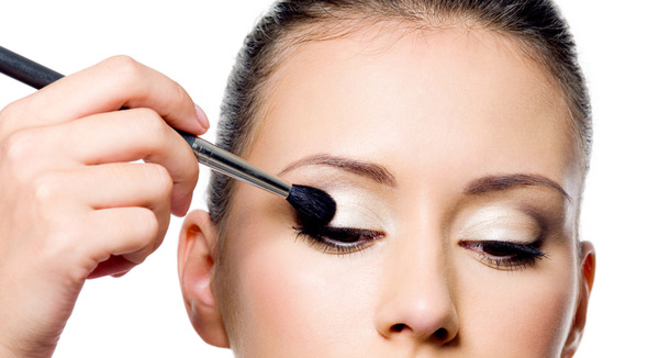 How to apply eye makeup in few simple steps